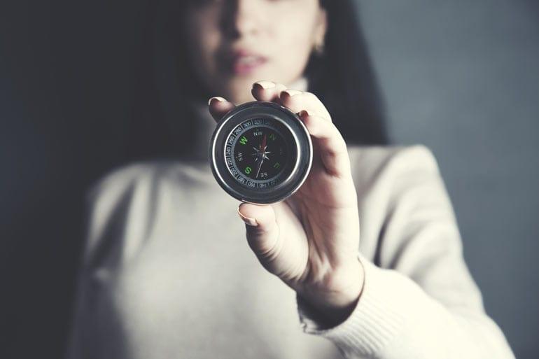 Vrouw met kompas
