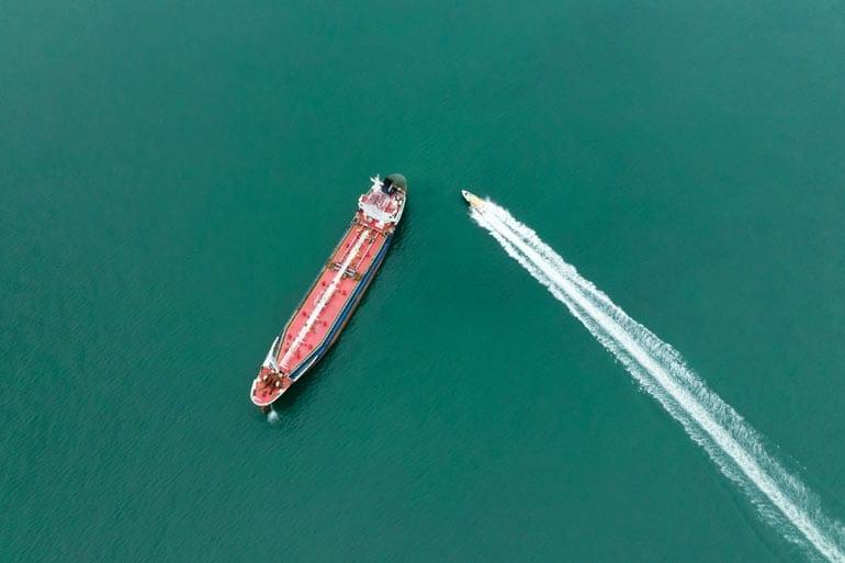 Wendbaarheid van een grote tanker versus een speedboot.